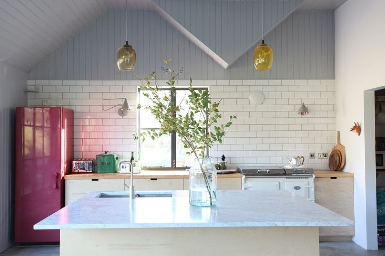 A ade color a tu cocina con la nevera get the look for Colores para interiores de cocina