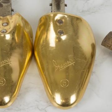 Hormas de zapato en metal dorado