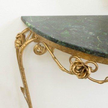 Pequeña consola dorada con mármol verde