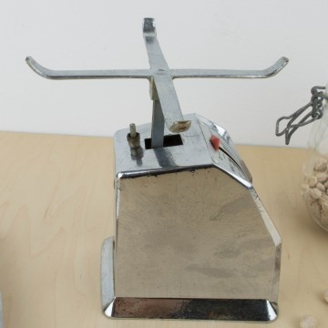 Antigua báscula Bermar en metal