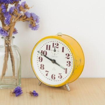 Reloj despertador de metal color amarillo