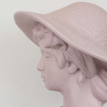 Busto clásico de chica con sombrero