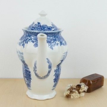 Tetera inglesa de loza blanca y azul