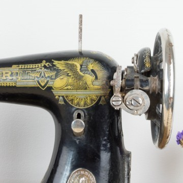 Antigua máquina de coser Singer con pie expositor