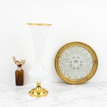 Antiguo jarrón opalino blanco con remates de latón