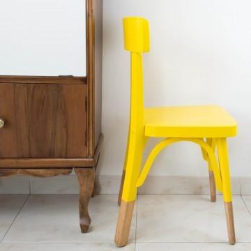 Antigua silla escolar restaurada en amarillo