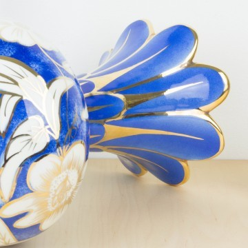 Jarrón de cerámica azul y dorado