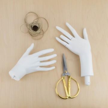 Manos de maniquí viejas en blanco