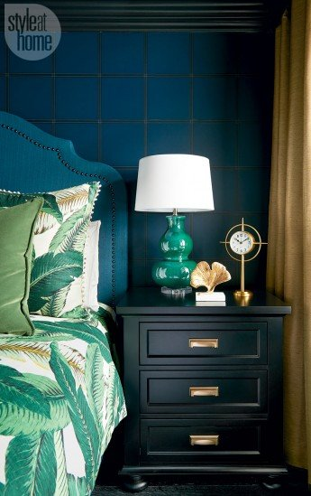 Apartamento en tonos oscuros y toques Glam