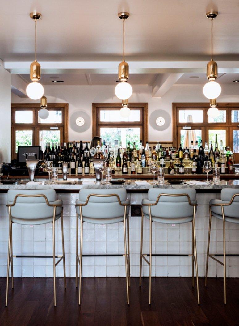 Un elegante bar restaurante de un hotel en Australia