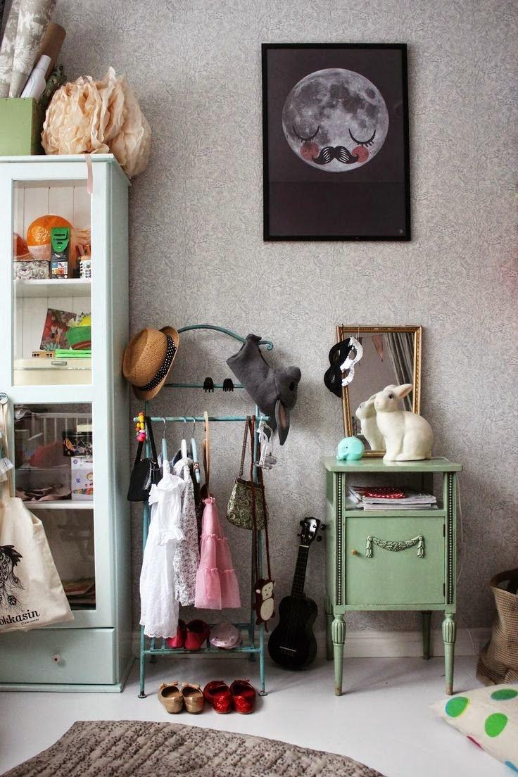 Una habitación infantil ecléctica y vintage