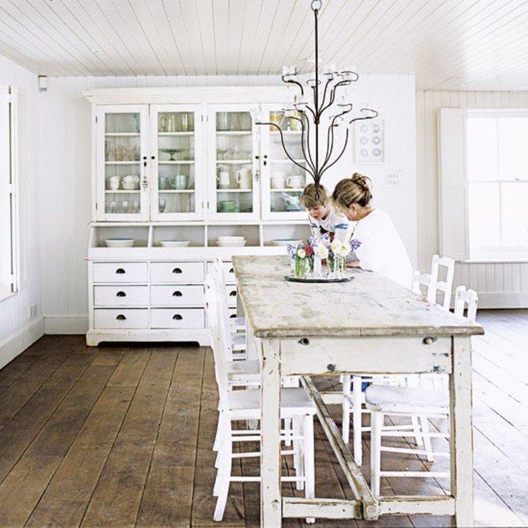Una casa de campo rústica en blanco desgastado...