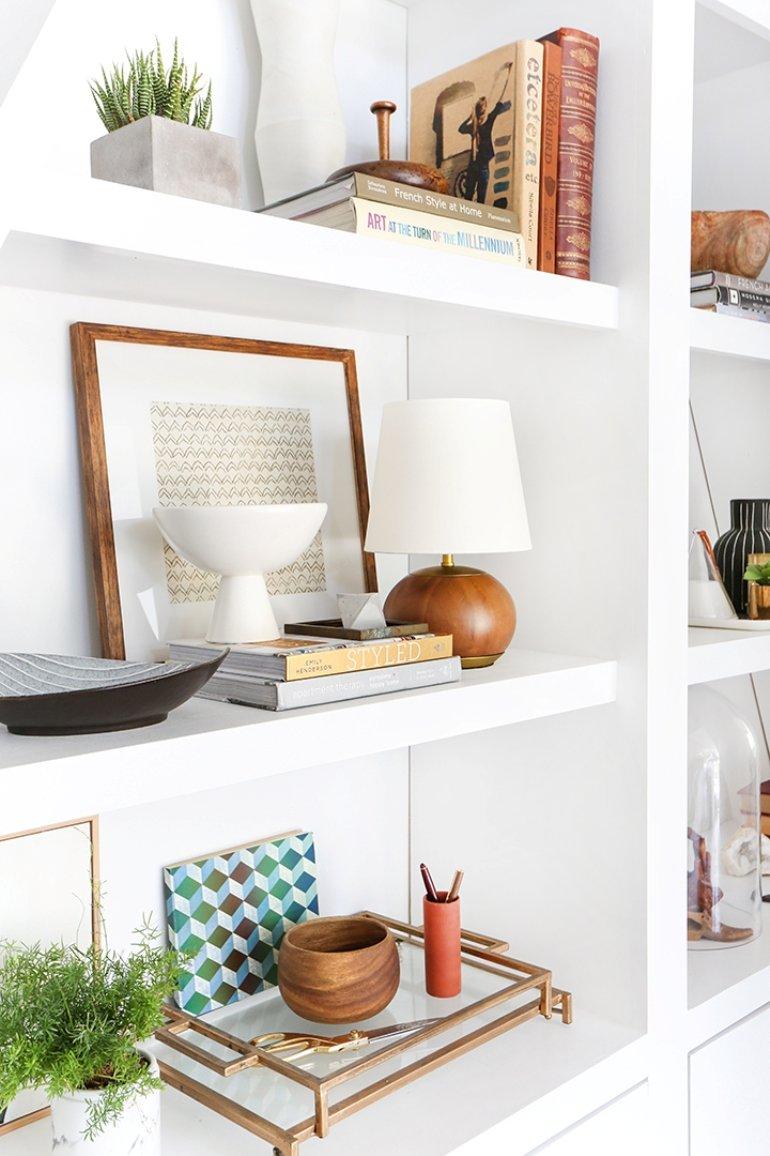 Cómo decorar con estilo unas estanterías en 3 pasos
