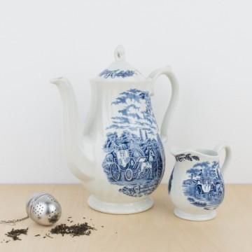 Tetera y lechera inglesas en porcelana blanca y azul