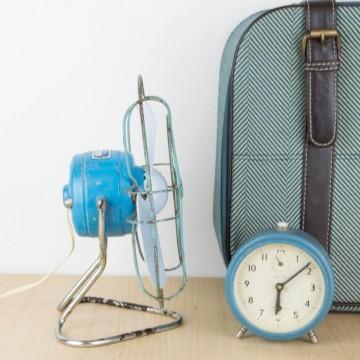 Ventilador antiguo azul, estilo industrial