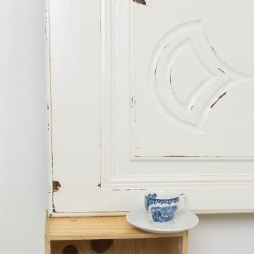 Cabecero blanco a partir de puerta recuperada