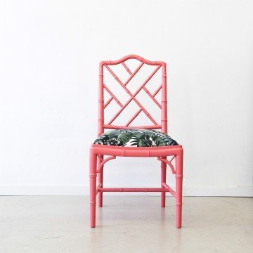 Pareja de sillas de estilo Chippendale chinesco, color coral