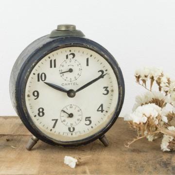 Antiguo reloj despertador de metal negro