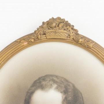 Pareja de retratos en marcos ovalados