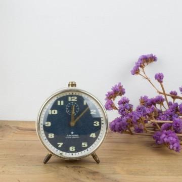 Antiguo reloj despertador de metal blanco