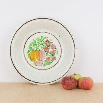 Plato o fuente antigua con fruta