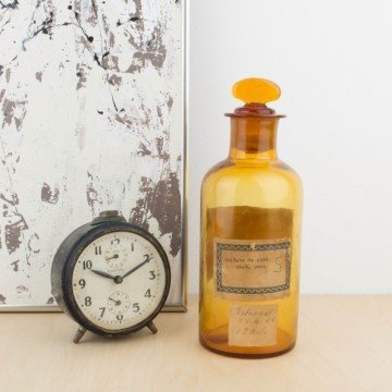 Antigua botella de farmacia con etiquetas originales