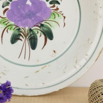 Plato o fuente antigua con flores violetas