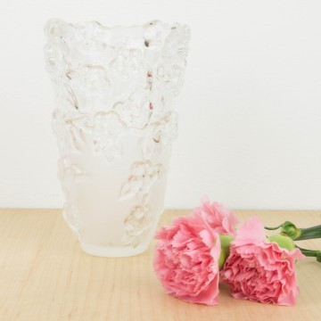 Jarrón de cristal con motivos florales