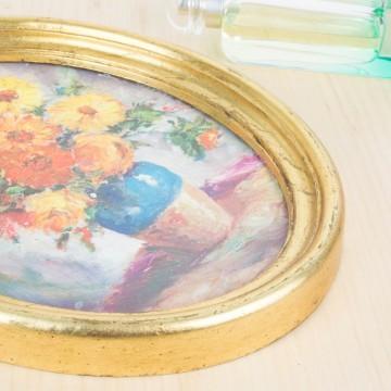 Marco dorado ovalado con reproducción de pintura