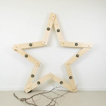 Estrella iluminada en madera natural