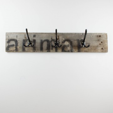Colgador negro de madera recuperada