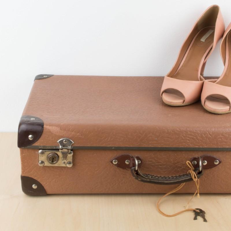 Peque a maleta vintage de cart n maletas y ba les for Maletas vintage decoracion